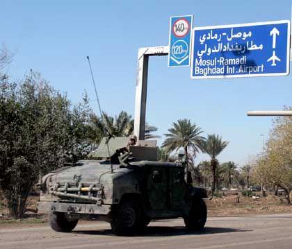 US-Militärfahrzeug auf dem Weg zum Flughafen Bagdad: Gefährlichste Straße des Iraks