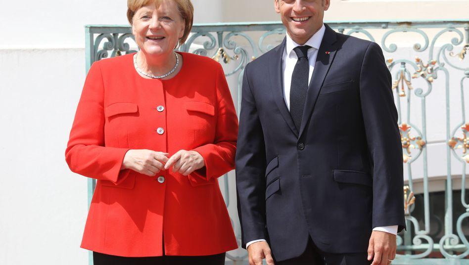 Emmanuel Macron herzt Angela Merkel in Schloss Meseberg bei Berlin