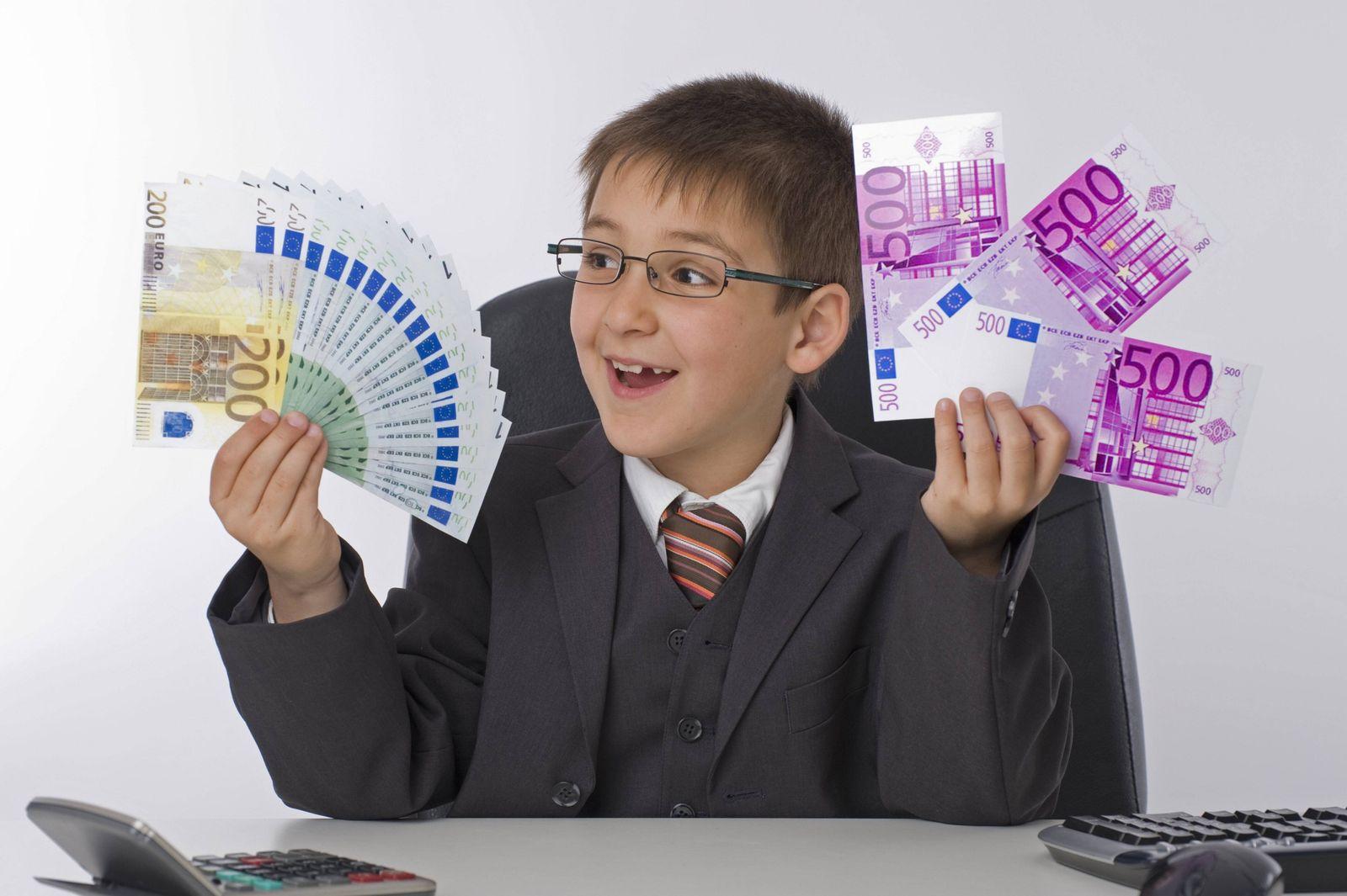 EINMALIGE VERWENDUNG Junge mit Geld