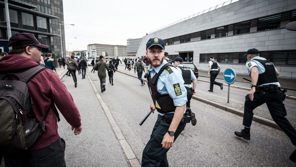 """Dänische Polizisten bei einem Einsatz 2016: """"Es gibt Beamte, die verfallen in eine Verteidigungshaltung"""""""