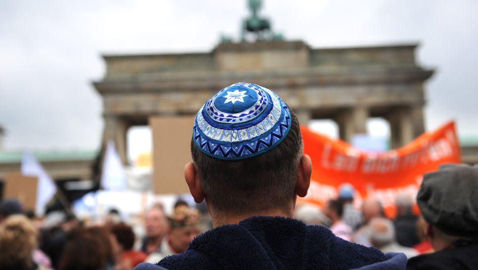 Berlin trägt Kippa, bei einem Protest gegen Judenhass vor dem Brandenburger Tor (Archivbild)
