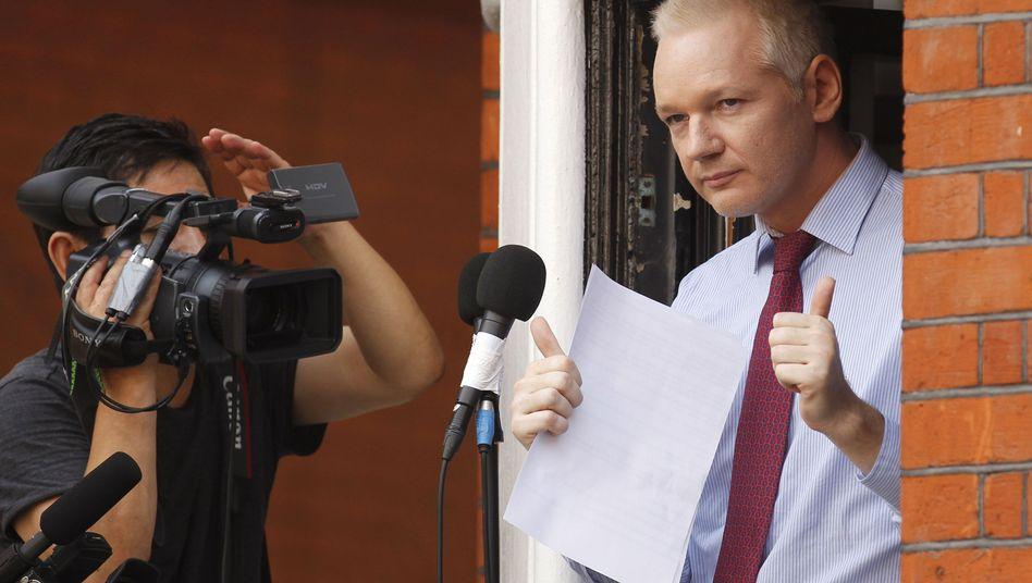 Diplomatischer Ärger: Assange nutzt Botschaftsbalkon als Bühne