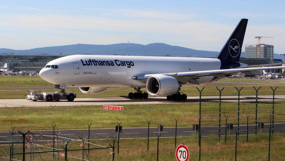Die Lufthansa Cargo zahlt zusammen mit dem Mutterkonzern und Swiss Geld an die Deutsche Bahn