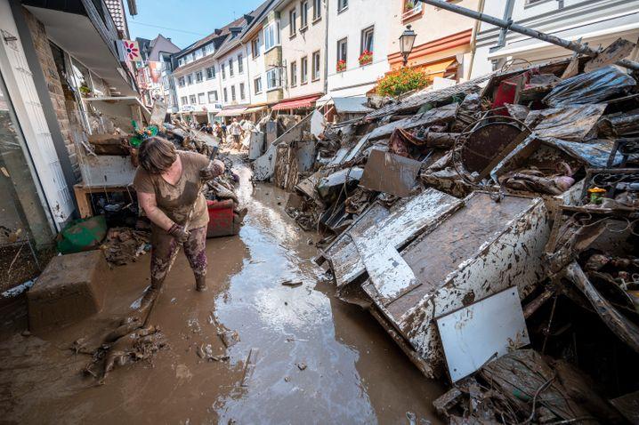 Aufräumarbeiten in Bad Neuenahr im Juli kurz nach der Flutkatastrophe