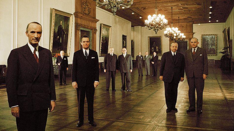 Ruhrbaron Alfried Krupp 1955 mit Direktoren in der Villa Hügel