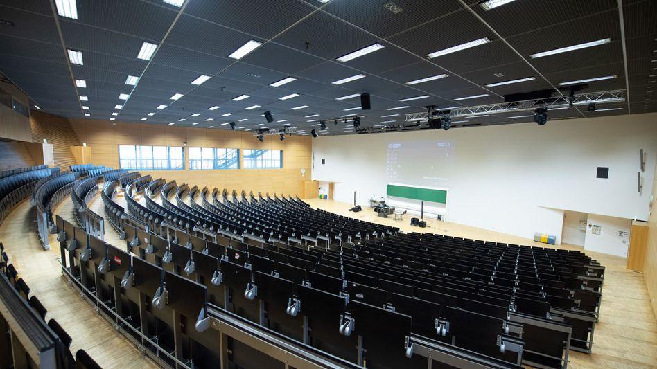 "Leerer Hörsaal der TU Dresden: Die Lehre soll erst mal im ""Social Distancing""-Modus laufen - virtuell"