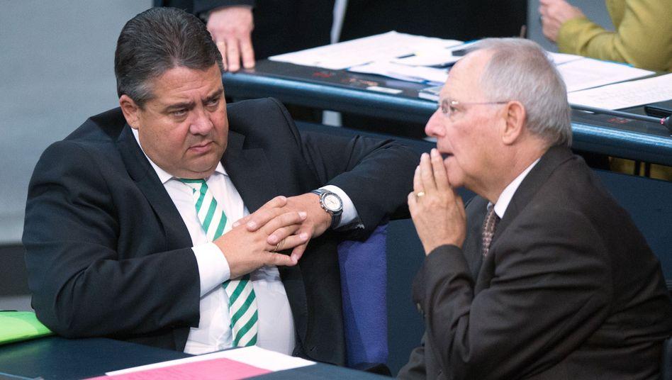 Vizekanzler Gabriel, Finanzminister Schäuble (Archivbild): Ernste Regierungskrise?