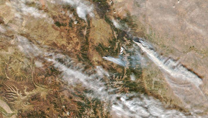 Echtfarben Aufnahme der Feuer links, Infrarotbild rechts