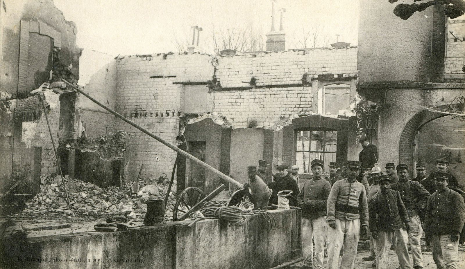 CRISE VITICOLE annees 10 Les emeutes en Champagne (avril 1911). Ay : la maison Bissinger , incendiee et detruite. Photog