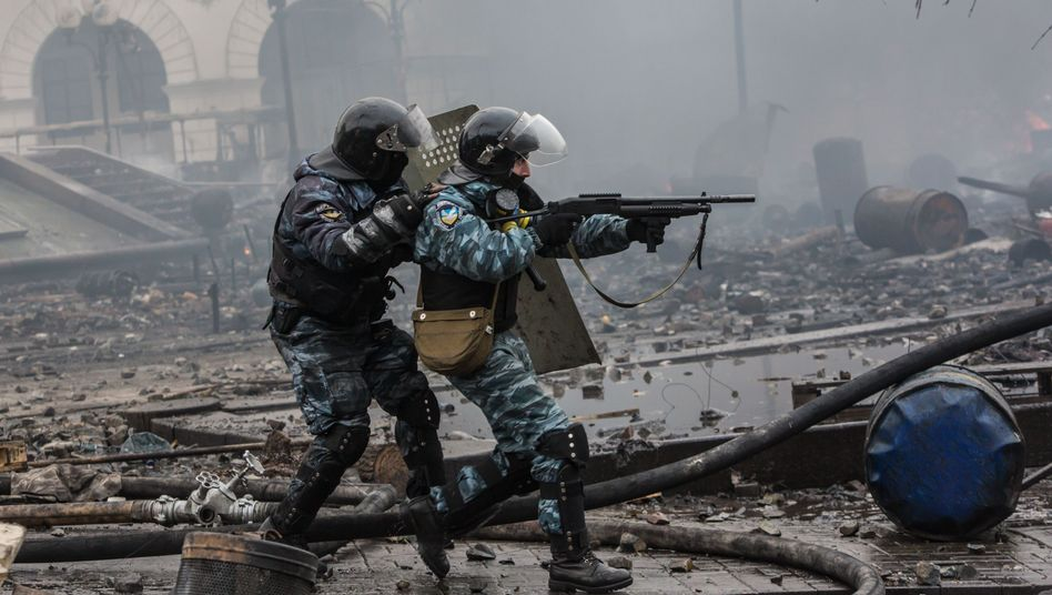 Kiew, 19. Februar 2014: Berkut-Truppen schießen mit Gummigeschossen auf Demonstranten