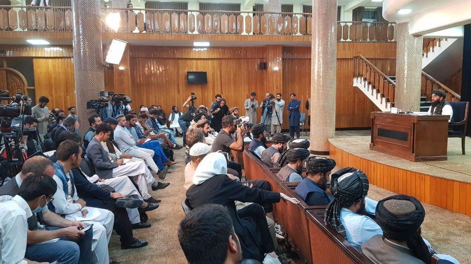 Bildet die inneren Machtstrukturen der Taliban ab: Die Übergangsregierung wird verkündet