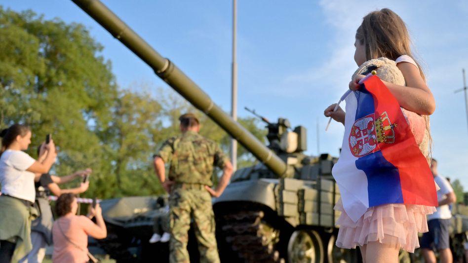 Ein Mädchen trägt die serbische Flagge: Seit Juli boykottieren die bosnischen Serben die Arbeit der zentralen Institutionen des Balkanstaates