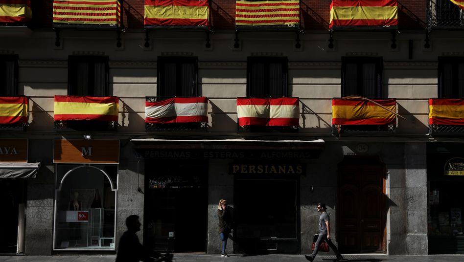 Spanische und katalanische Flaggen: Ringen um die nationale Identität