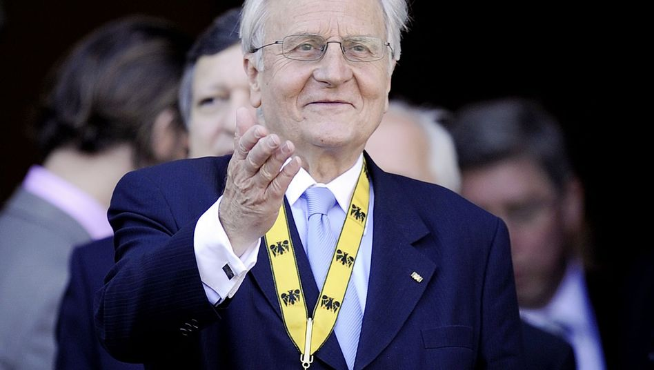 The President of the European Central Bank, Jean-Claude Trichet, was awarded the International Charlemagne Prize for contributions to European unity on June 2.