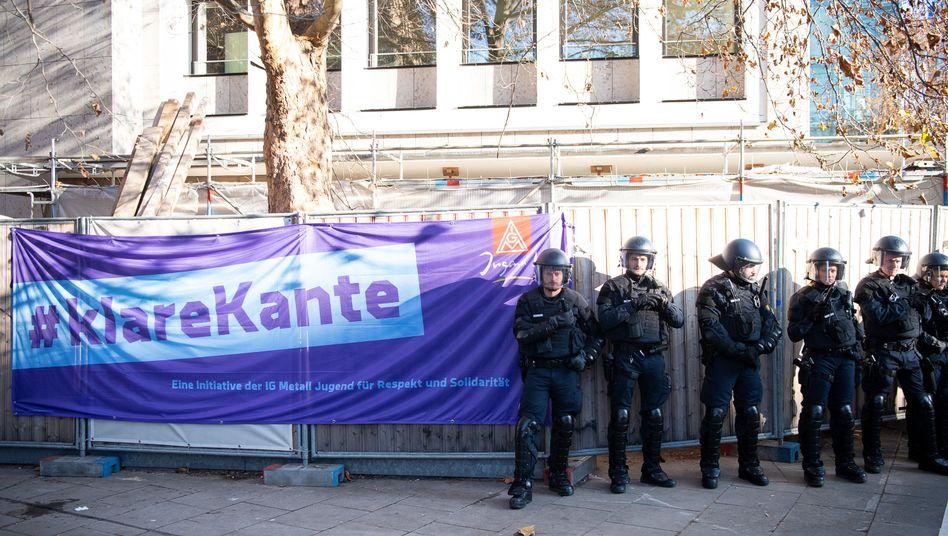 Transparent der IG Metall vor dem Landesarbeitsgericht: Die Kündigung wegen Rassismus war rechtens