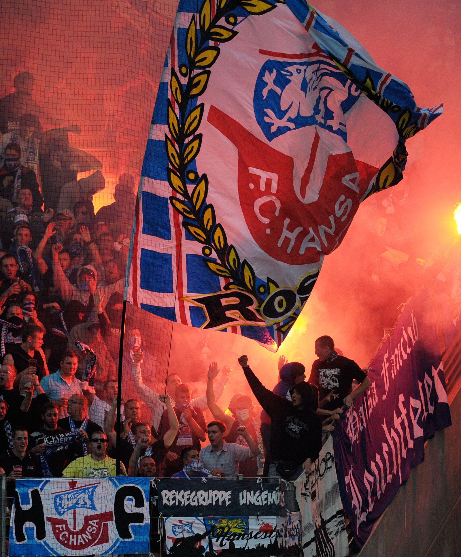 NICHT VERWENDEN Rostock-Fans Pyrotechnik
