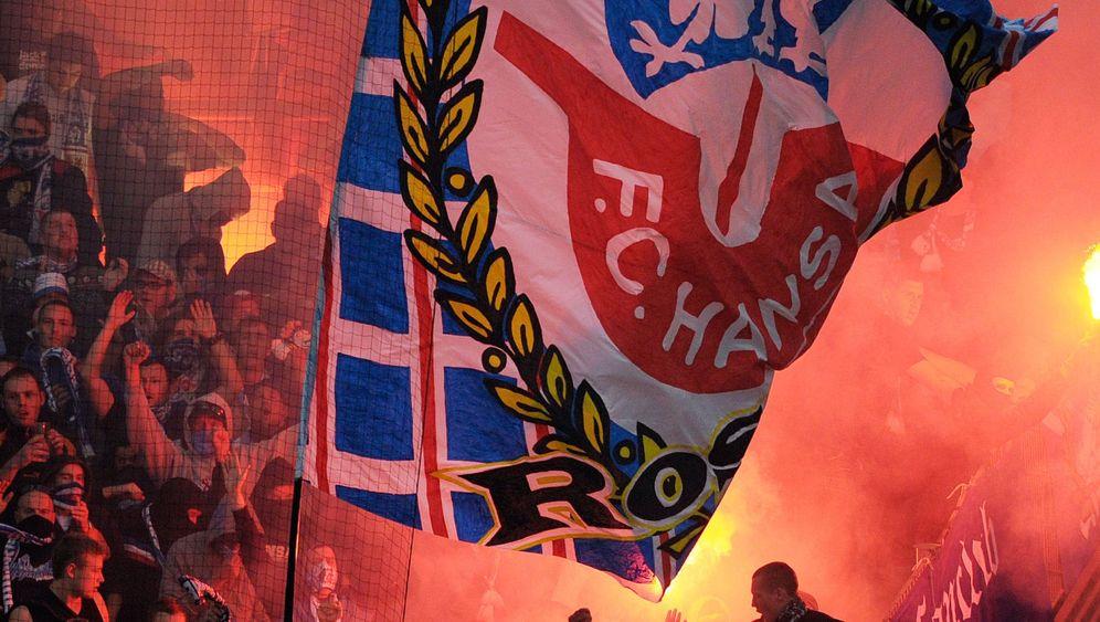 Rostocker Fans in Frankfurt: Bengalische Feuer und Leuchtraketen