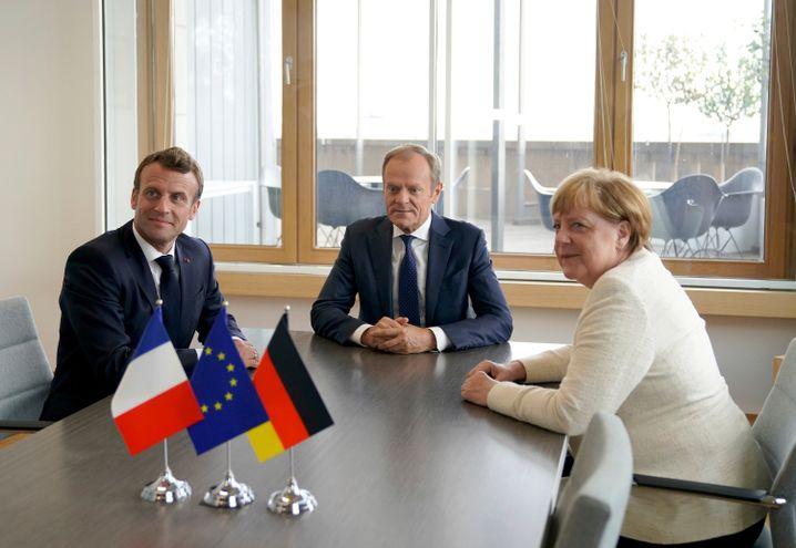 Macron, Tusk und Merkel bei Beratungen in Brüssel