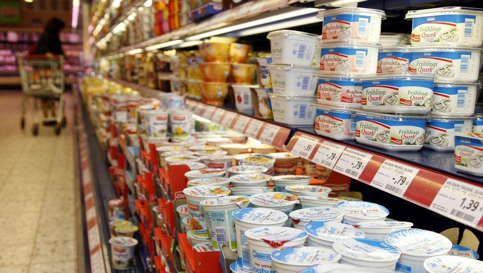Milchprodukte in einem Aldi-Regal (Archivbild): Neue Lieferverträge erhöhen den Preis