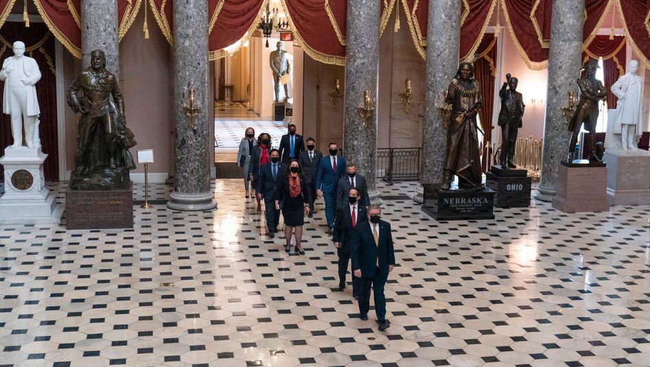 Anklageführer Jamie Raskin und weitere Mitglieder des Repräsentantenhauses vor dem Impeachment-Verfahren