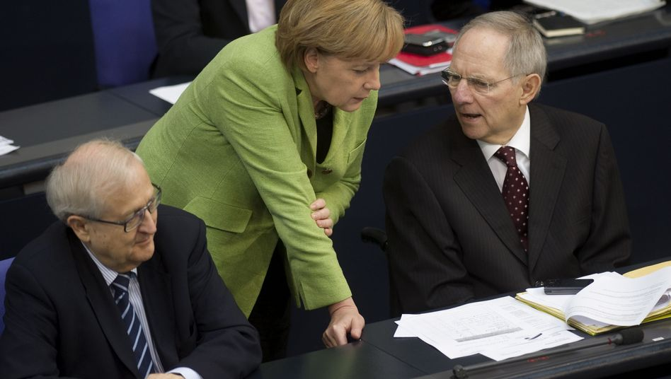 Kanzlerin Merkel, Finanzminister Schäuble: Sparen und Steuern erhöhen?