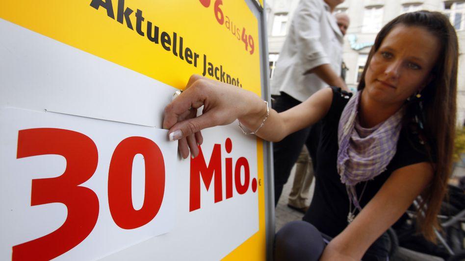 Werbetafel für den Millionen-Jackpot: Der Gewinn geht an einen Spieler aus Bayern