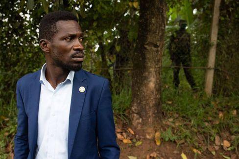 Der auf seinem Anwesen festgesetzte Herausforderer Bobi Wine – mit ugandischen Soldaten im Hintergrund