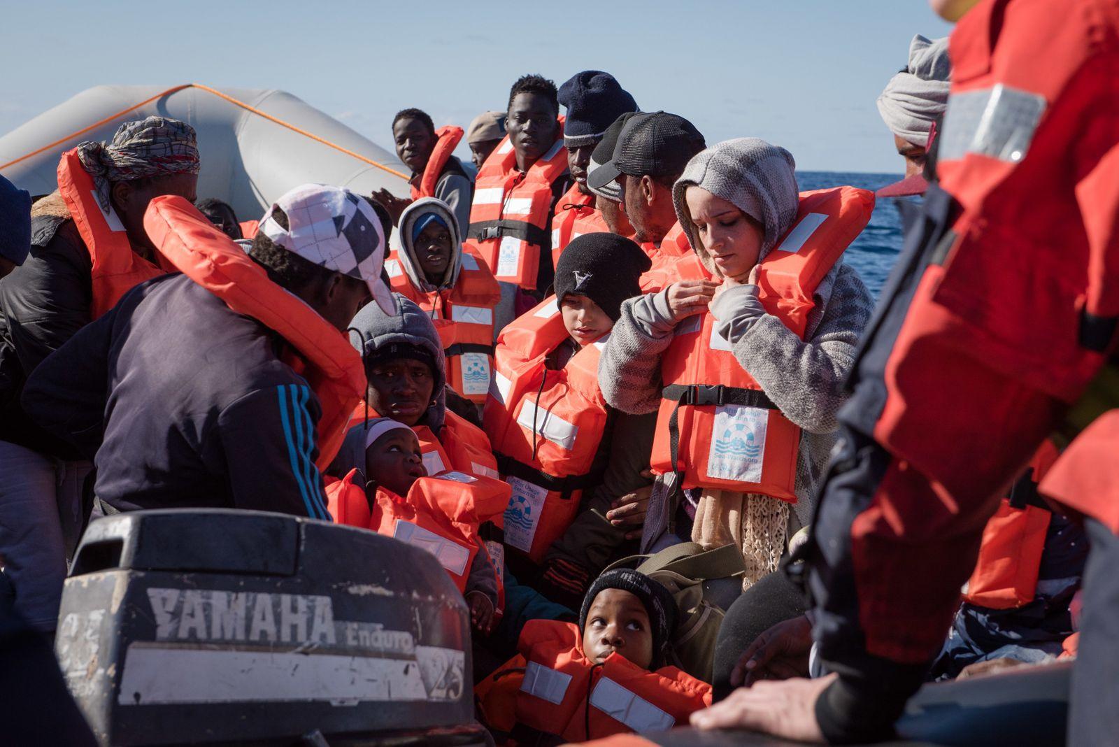 Rettungsaktion von Sea-Watch im Mittelmeer