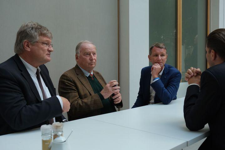 AfD-Politiker Jörg Meuthen, Alexander Gauland, Björn Höcke im Gespräch mit Fraktions-Pressesprecher Christian Lüth.