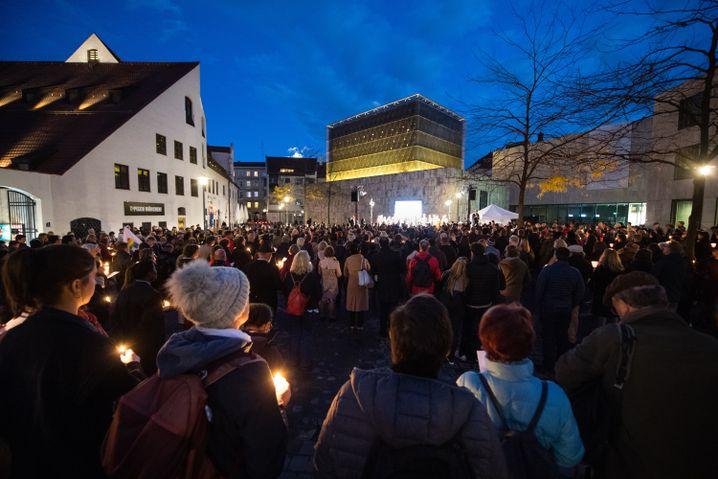 Zeichen der Solidarität vor der Ohel-Jakob-Synagoge am Jakobsplatz in München