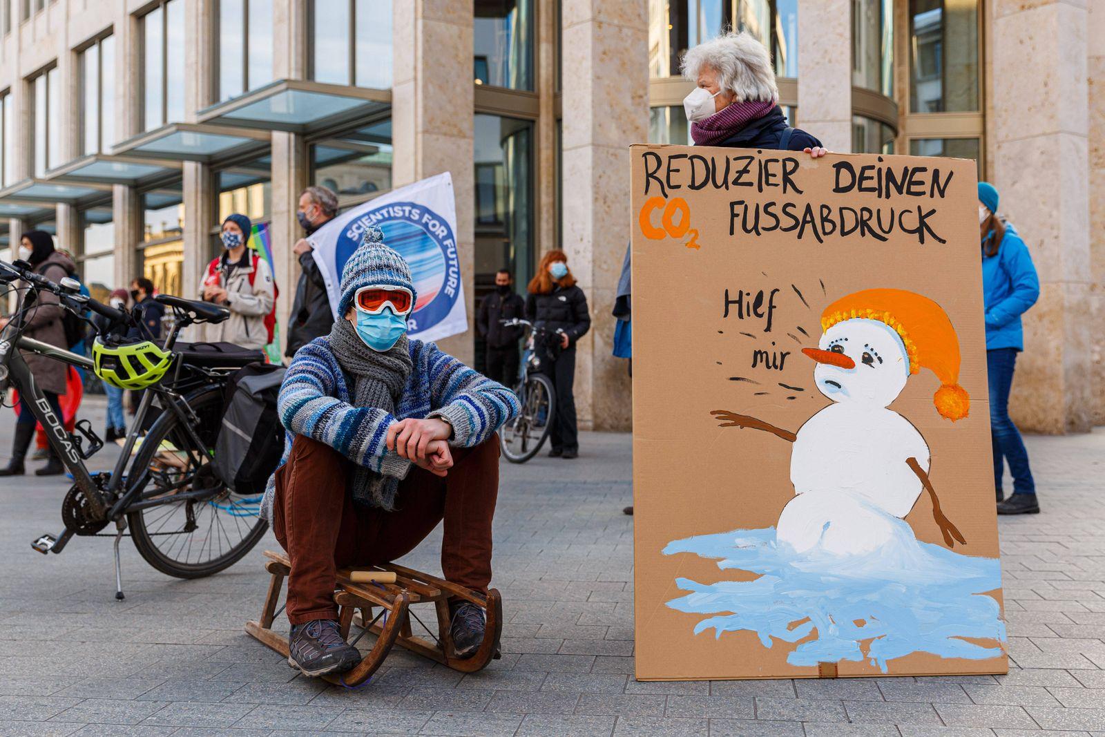 DEUTSCHLAND, NIEDERSACHSEN, HANNOVER, 22.01.2021 - Schlitten-Demonstration von Fridays for Future Hannover - Innenstadt