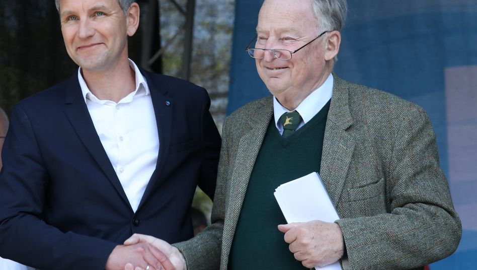 Alexander Gauland, Fraktionsvorsitzender der AfD im Bundestag (r.) steht neben Björn Höcke, Fraktionsvorsitzender der AfD im Landtag Thüringen