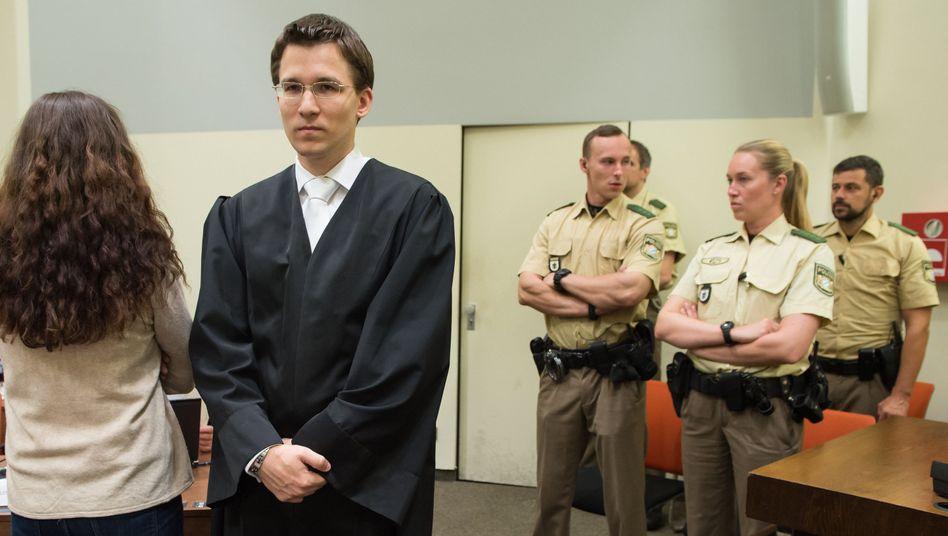 Angeklagte Zschäpe (l.), Anwalt Grasel: V-Mann-Führer sagt als Zeuge aus