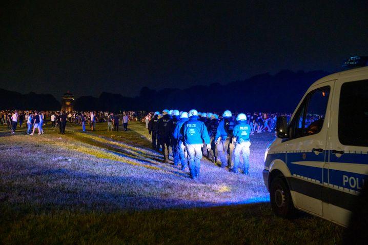 Die Polizei versucht die Federenden mit Scheinwerfern auf Lichtmasten zu vertreiben