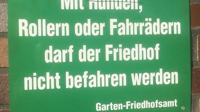 Schild vor einem Friedhof in Düsseldorf