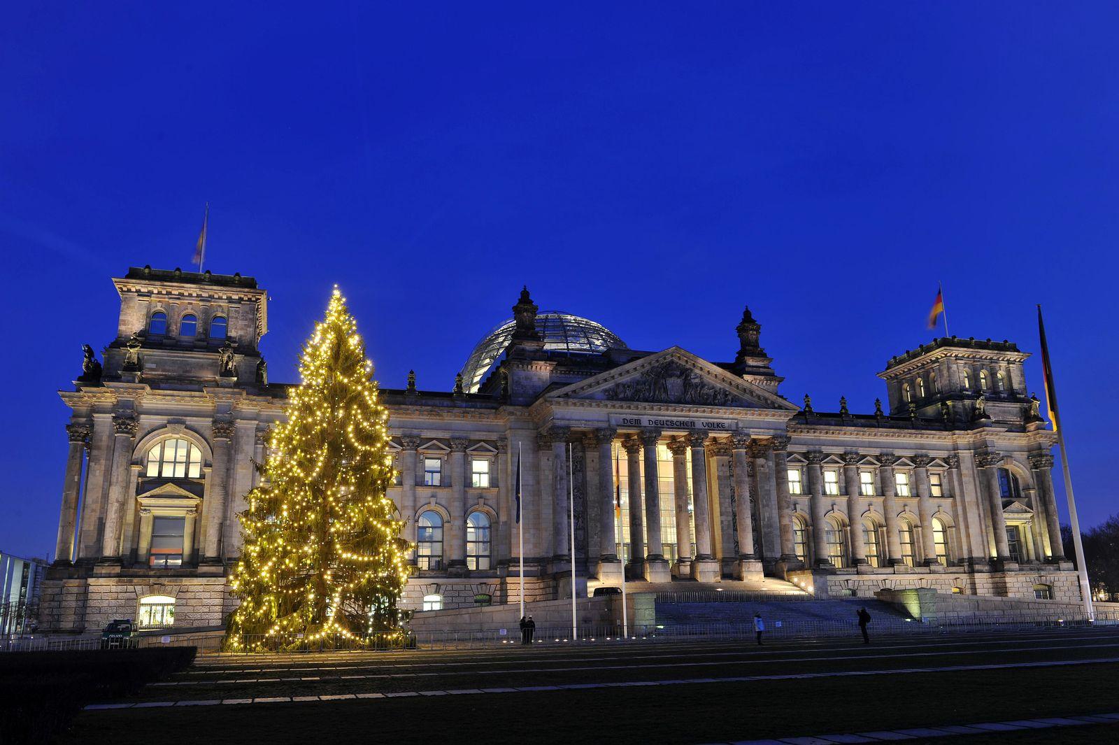 Leuchtender Baum vor dem Reichstag