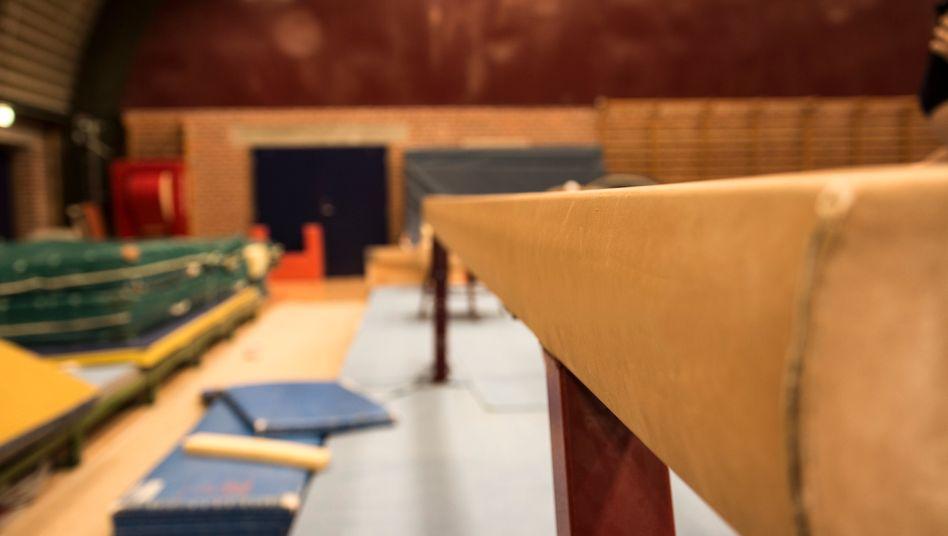 Gymnastikausrüstung in einer Turnhalle (Symbolbild)