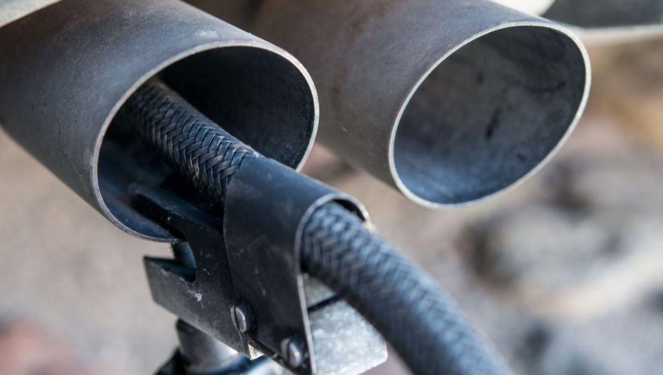 Abgasuntersuchung bei einem Dieselauto