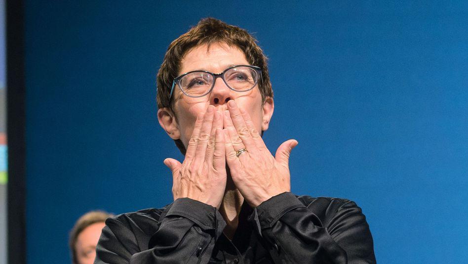 CDU-Generalsekretärin Annegret Kramp-Karrenbauer wirft Kusshände auf dem Landesparteitag der CDU Saar