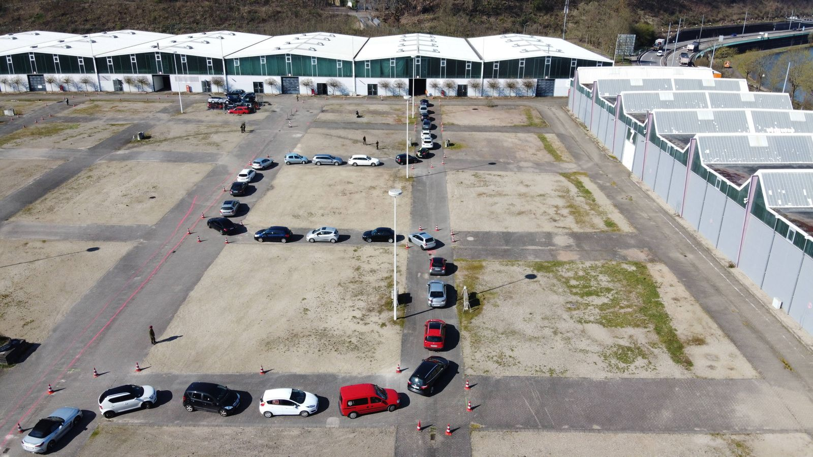 Corona Tests werden am Mittwoch (25.3.2020) in Saarbrücken im Mesegelände in einem Drive In abgewickelt. Dabei unterstüt