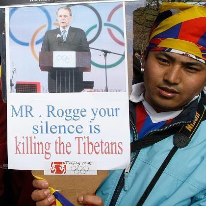 Protest gegen Rogge: Ein Demonstrant vor dem IOC-Gebäude in Lausanne (am 18. März)