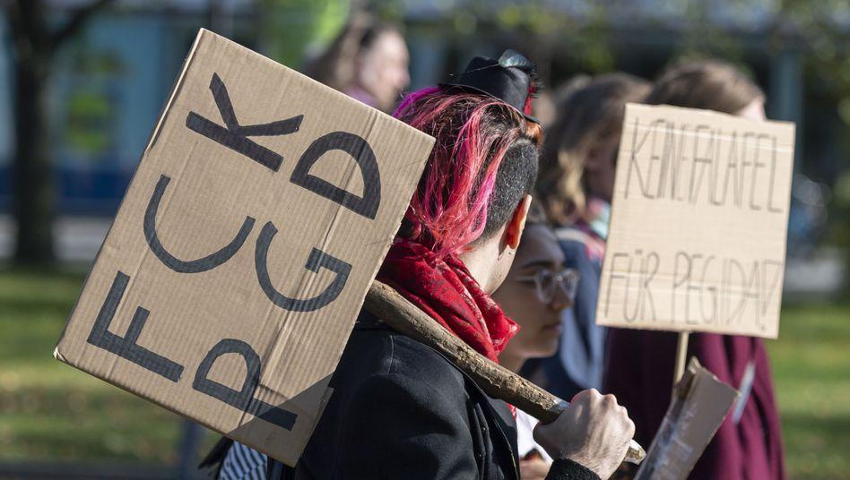 """""""FCK Pegida"""": Die Anti-Pegida-Demonstranten in Dresden haben eine klare Botschaft"""