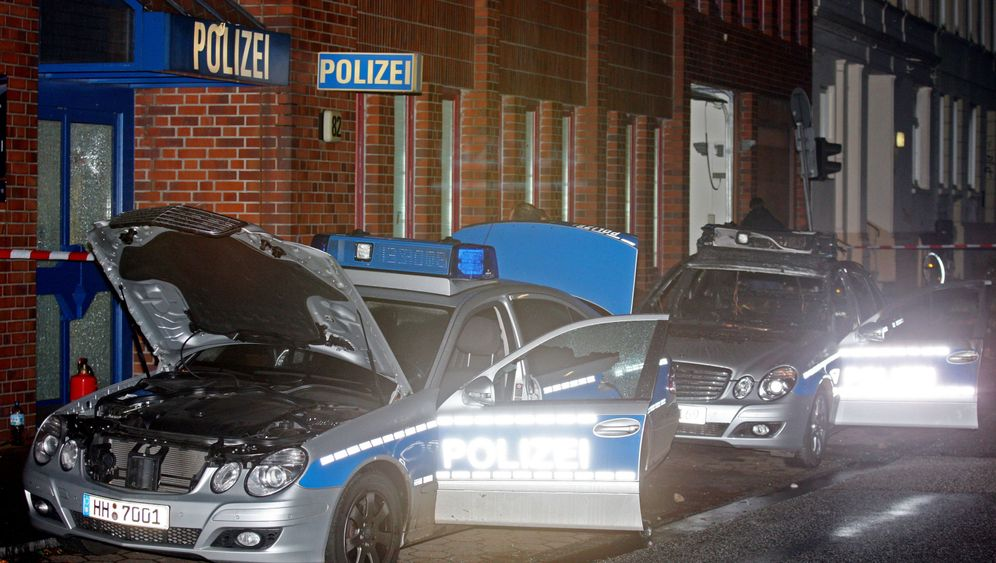 Anschläge in Berlin und Hamburg: Feuer, Farbe, Krähenfüße