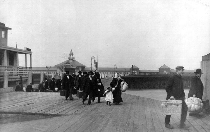 Auf dem Weg in eine neue Zukunft: Einwanderer kommen 1907 in Ellis Island an