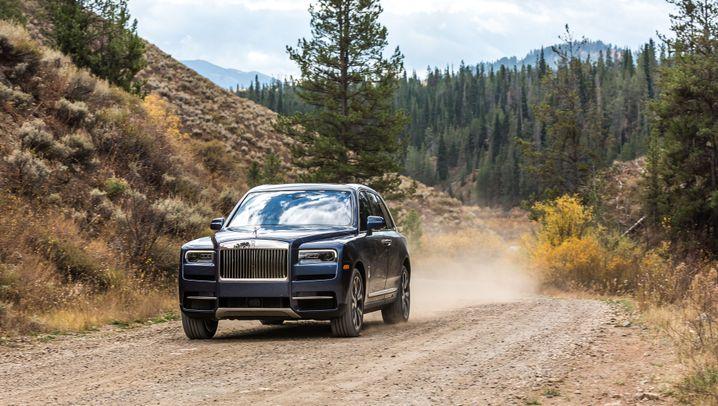 Autogramm Rolls-Royce Cullinan: Stadt, Land Überfluss