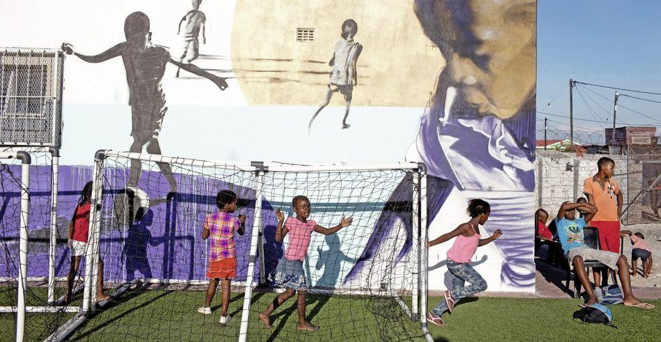 Spielende Kinder auf dem Amandla-Feld