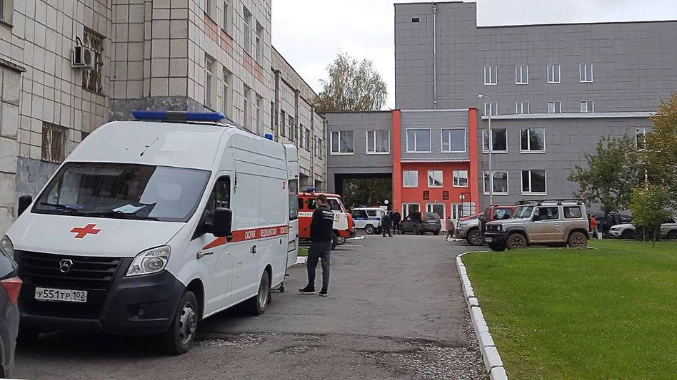 Einsatzkräfte an der Universität in Perm