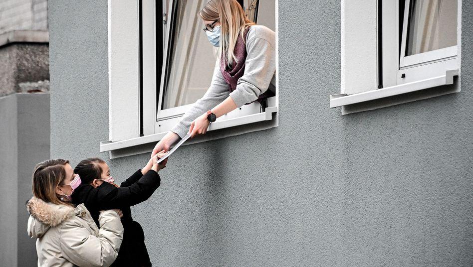 Halbherzige Nullbockwurstigkeit: Hausaufgabenübergabe in einer Grundschule in Dinslaken