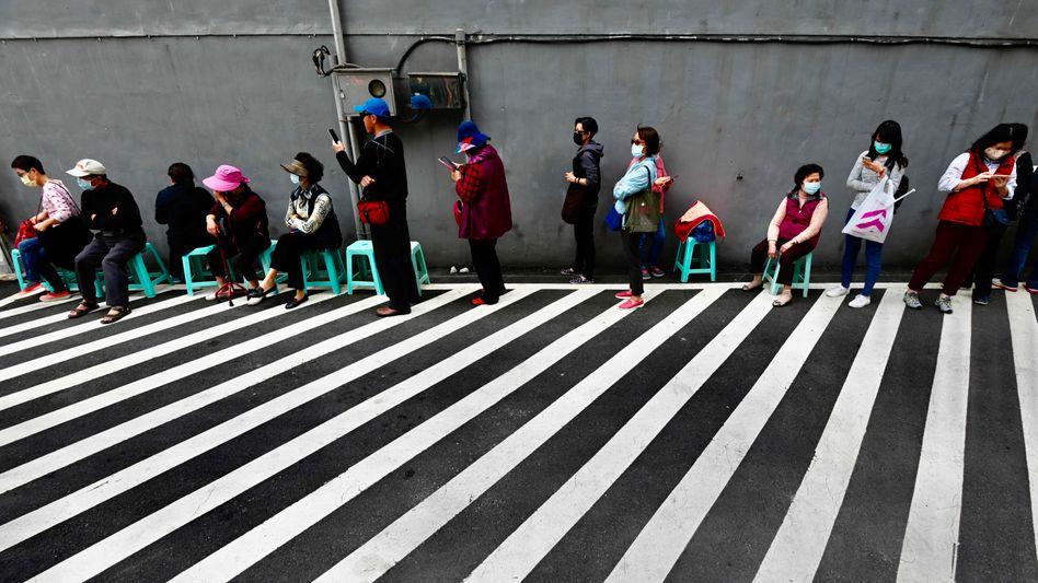 In Taiwan stehen Menschen Schlange, um Masken zu kaufen