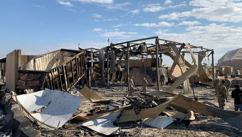 Aufräumarbeiten nach dem Raketenangriff: US-Soldaten auf der Ain-al-Asad-Militärbasis im Westirak